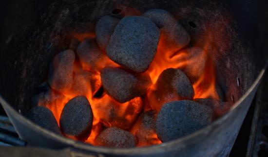 Hořící brikety