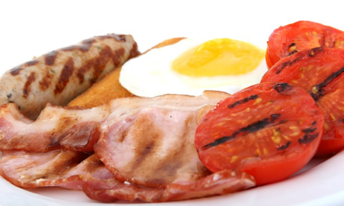 Grilované rajče, slanina, párek